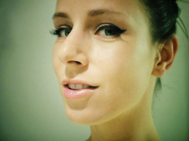 Winged eyeliner & false eyelashes