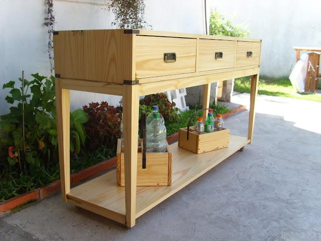 Mueble auxiliar de cocina, confeccionado en madera de pino y lustre