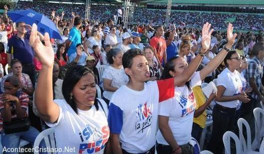 Miles de evangélicos dominicanos oran para que Dios bendiga su país