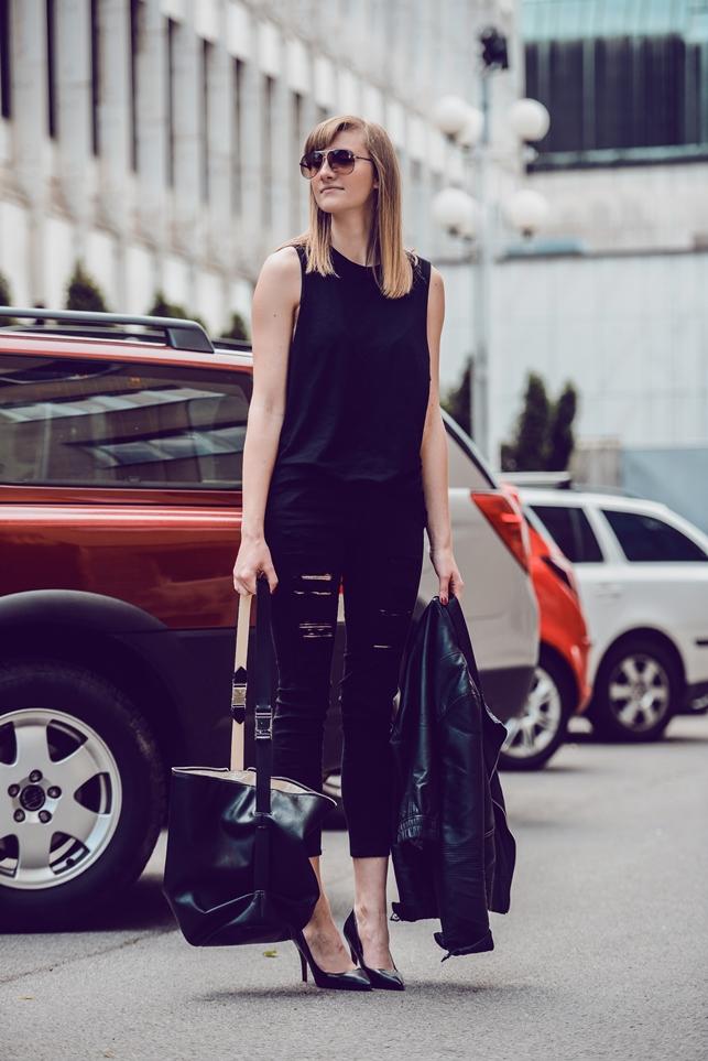 black ripped denim pants 45seven fashion yesstyle, all black outfit, pointed pumps, style blogger, fashion blog, black boyfriend shirt, zara bucket bag 2014