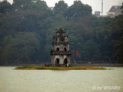 ทะเลสาปคืนดาบ (Hoan Kiem Lake)