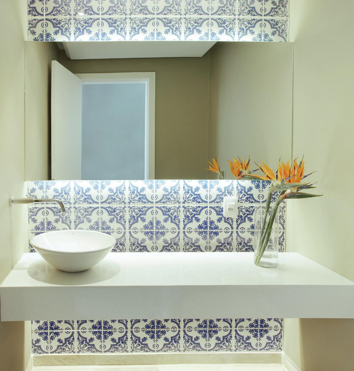 Soluções para banheiros pequenos   Pesquisa de Mercado Arquitrecos #A27129 1178x1233 Banheiro Branco E Azul