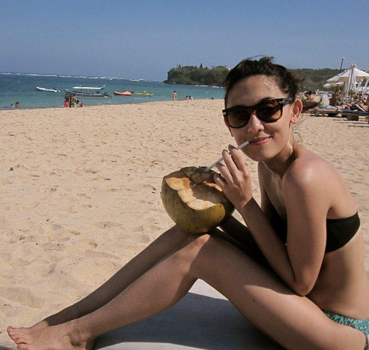 Foto Cewek Cantik Pakai Bikini di Pantai