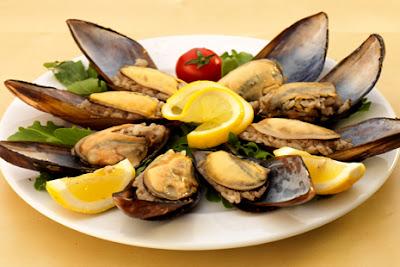 Plato de moluscos: mejillones fritos rellenos