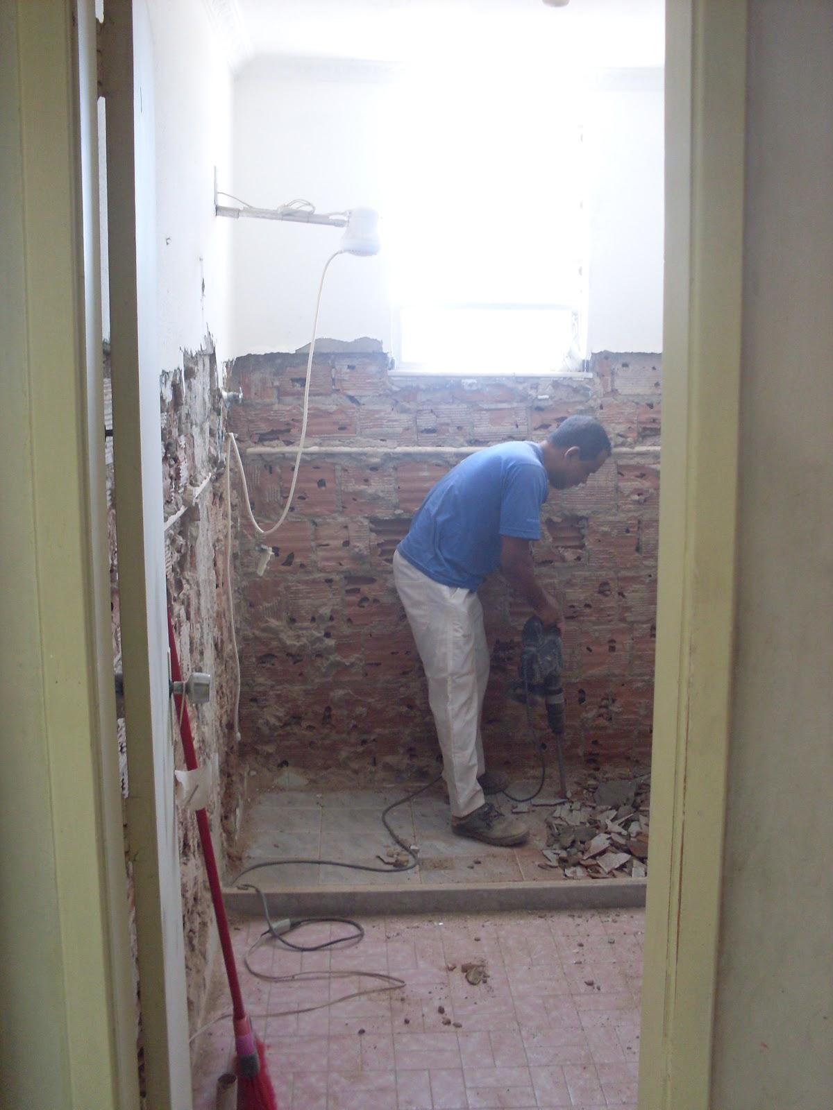 Reforma do Banheiro de 5m² (o durante) Um dia no Apê (a reforma)! #455A86 1200 1600