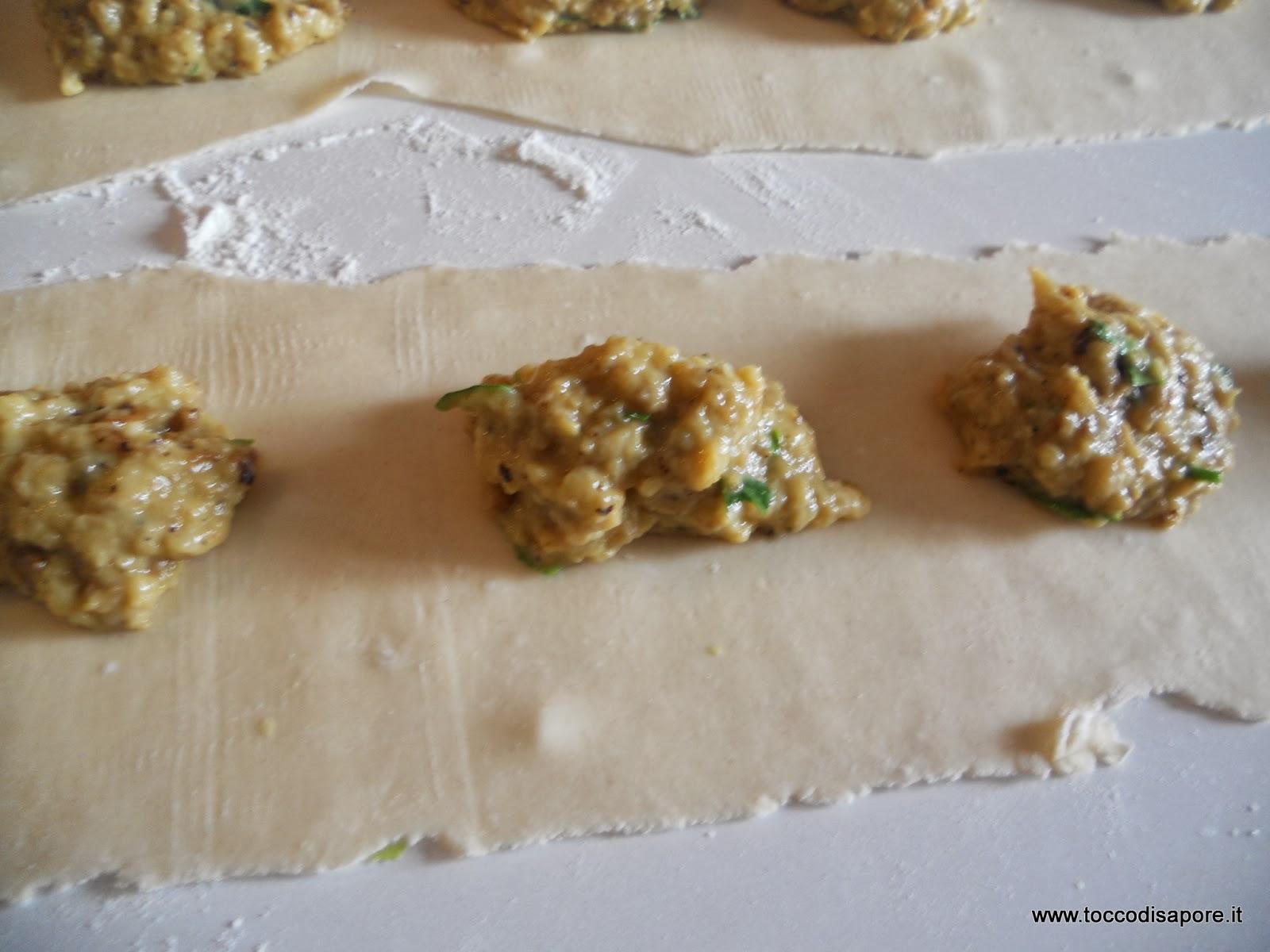 Ripieno di melenzane sulla pasta stesa