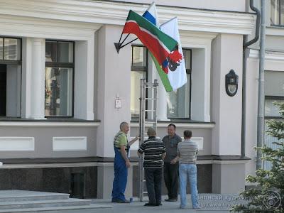 Рабочие вешают флаги на стену Казанской Мэрии
