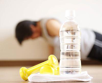 تجنب أخطار المرض والبدانة بالحذر من 8 عادات يومية زجاجة مياه تمارين رياضية ضغط الضغط بوشابس push ups bottle of water exercise sport work outs
