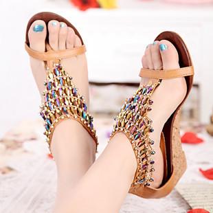 Renkli taşlarla süslenmiş şık bir sandalet