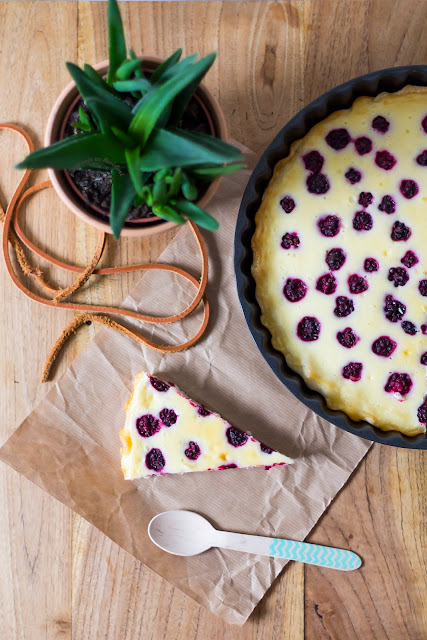 Tart with mascarpone and blackberries.