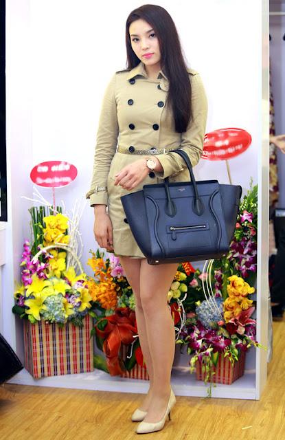 Chiếc túi xách bản lớn trên tay cô thuộc thương hiệu Celine, được bán với giá khoảng 70 triệu đồng