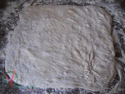 Extender la masa y espolvorearla con harina.