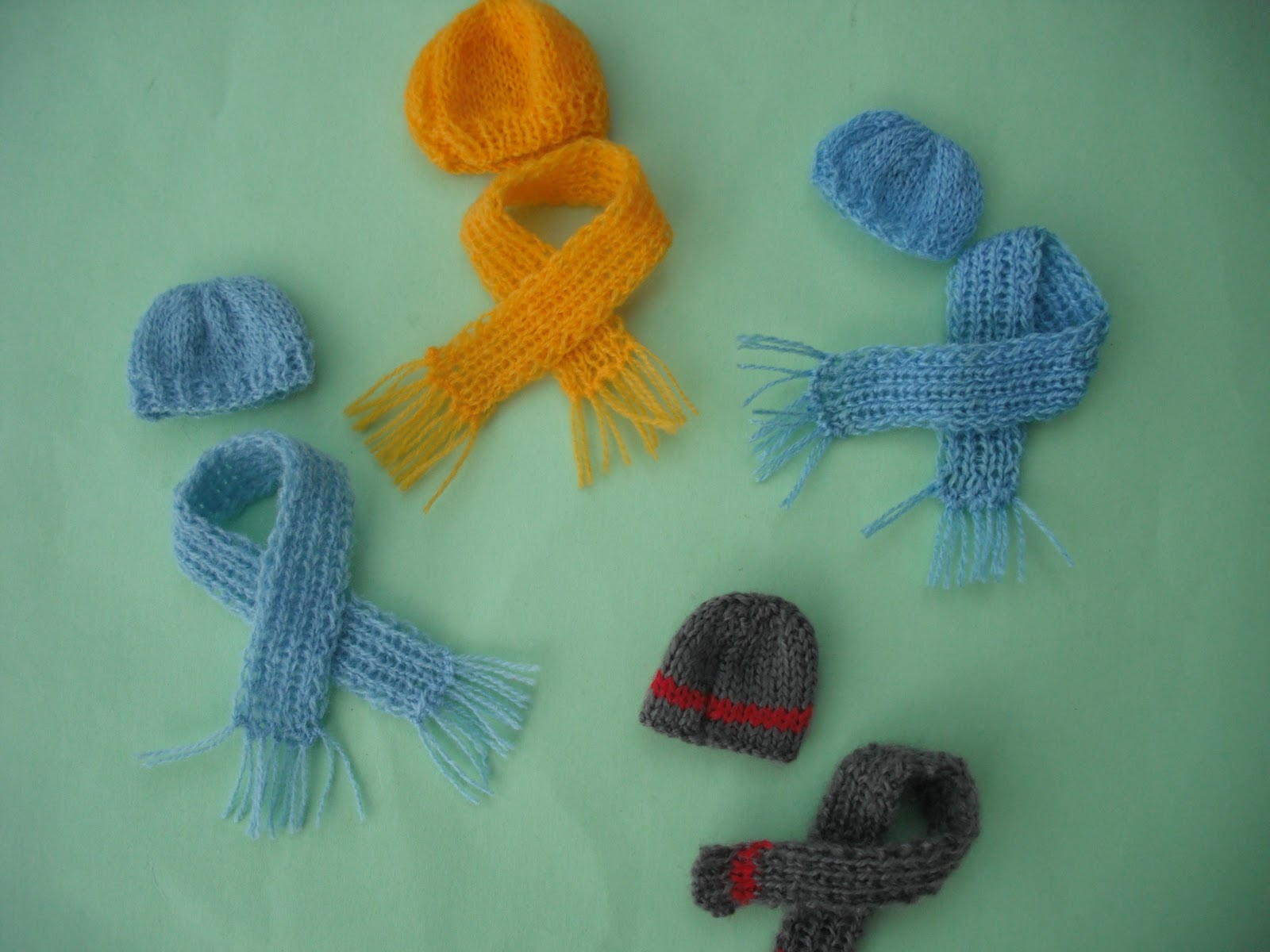 Knitting Patterns For Dolls Houses : bitstobuy: FREE GIFT dolls house 1:12 scale miniature knitted hat and scarf i...