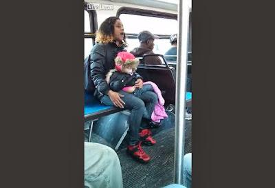 Σοκαριστικό Βίντεο. Μητέρα Τέρας Πετάει το Παιδί της για να παίξει μπουνιές με άλλη γυναίκα