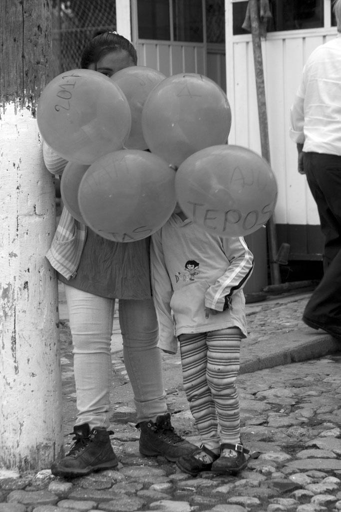 niñas con globos en carnaval