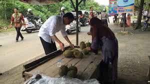 Jokowi beli durian seorang ibu saat blusukan di Kaltim