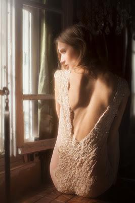 vivienne mok lingerie photo jeune femme sexy dos nu fesse brodé dentelle
