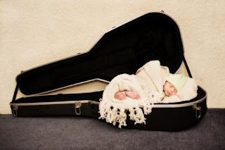 Wallpaper gambar bayi lucu dan gitar gratis download