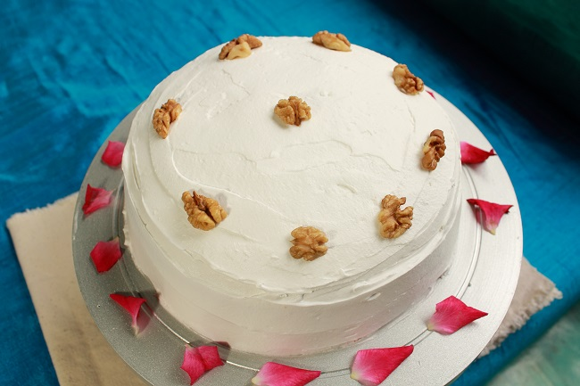 Christmas Cake Decorating Ideas Without Icing : Walnut cake with american frosting baking