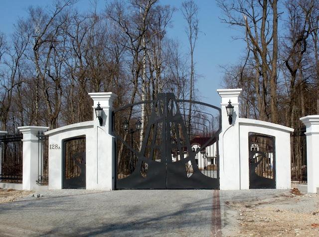 Giełzów, nowa brama wjazdowa na teren posesji. Foto Paweł Kałwiński.