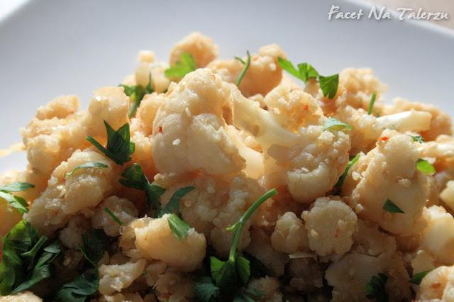 kalafior smażony w woku z sezamem i sosem sojowym
