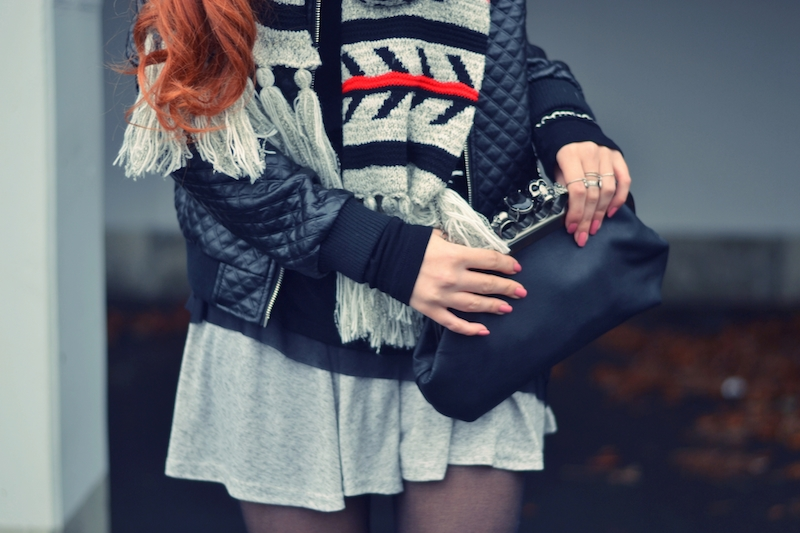 großer_Schal_Rock_Winter_outfit_abgesteppte_Lederjacke_kombinieren