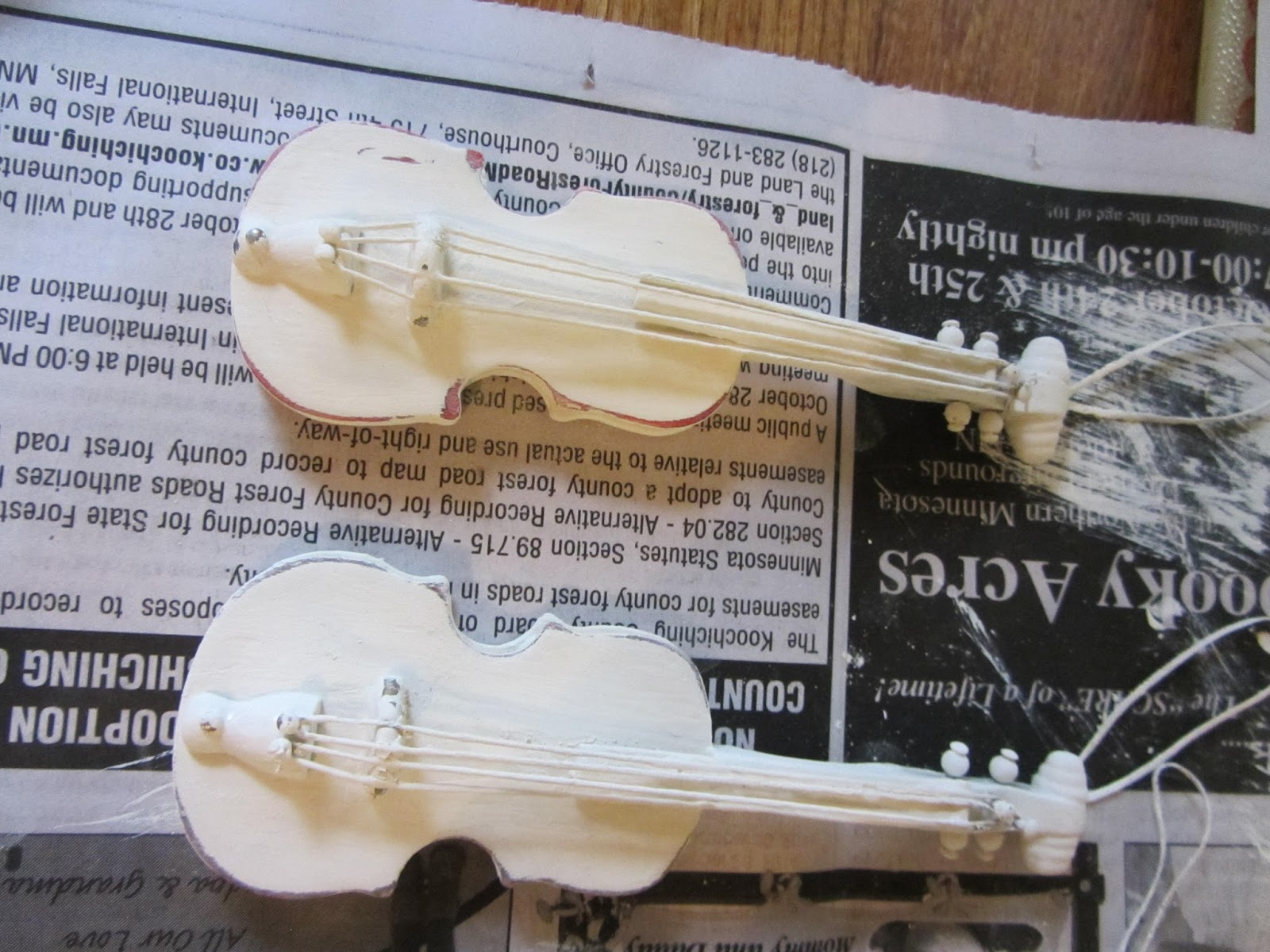 Violin christmas ornaments - I Spray Painted Them With A Coat Heirloom White First Then Added One Coat Of Chalk Paint That I Brushed On Strings And All I Then Distressed The Edges