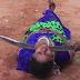 بالفيديو امرأة هندية تسمح لزوجها بكسر جوز الهند من على حلقها بسيف