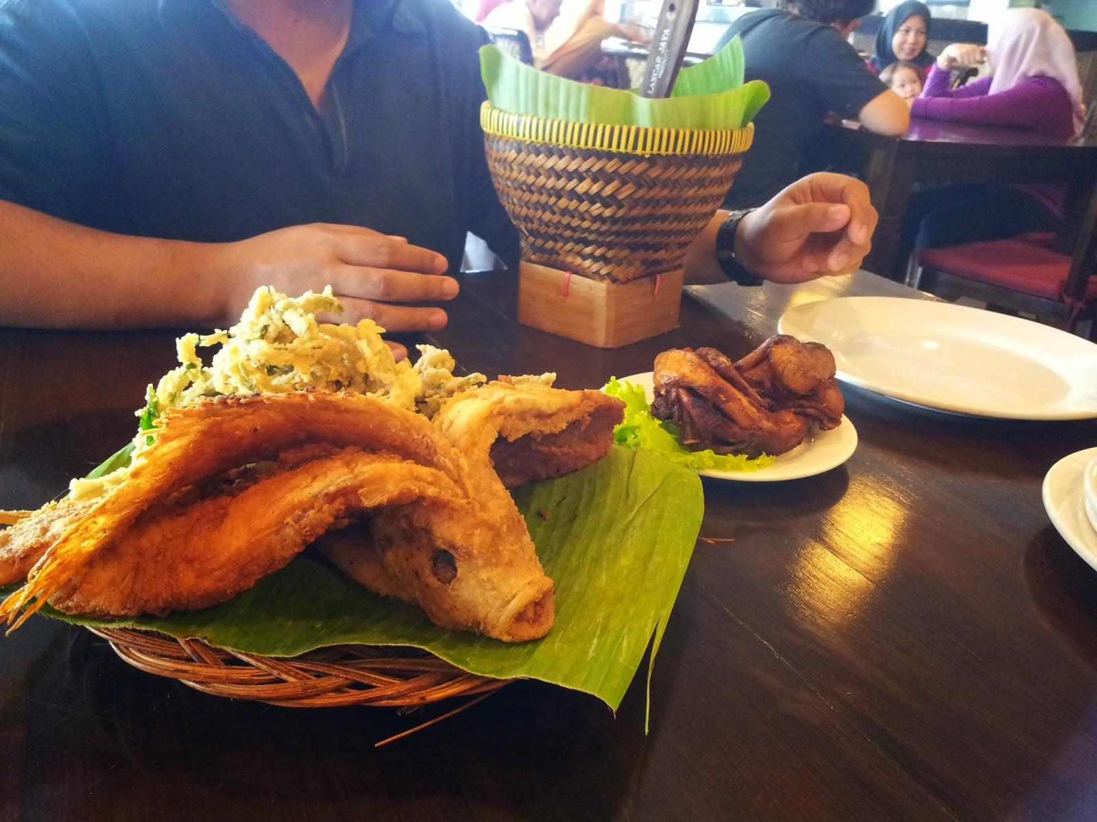 Ikan talapia goreng kipas kecil RM 25 90 besar RM29 90 Memang saaaaannnnngat sedap Siap ada sayur goreng celup tepung yang rangup di atas ikan