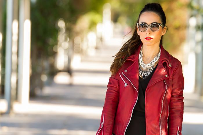 Blogger de Valencia da Ideas outfit look para Navidad con mono short pareo de Zara y chaqueta perfecto de cuero roja