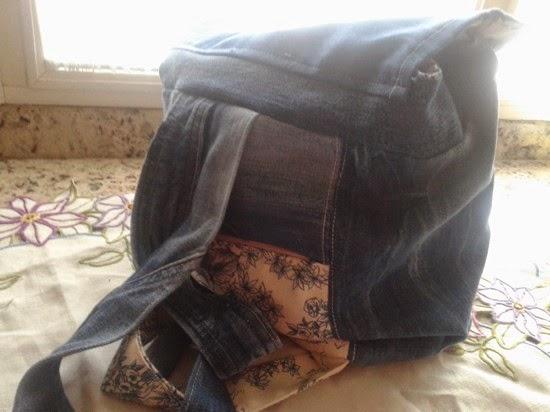 Mochila de tela vaquera forrada y con diferentes bolsillos