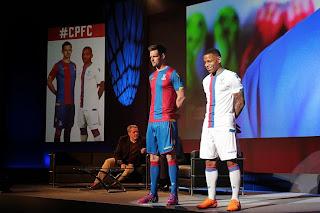 gambar baju bola saat acara peluncuran Jersey Crystal palace home terbaru musim 2015/2016