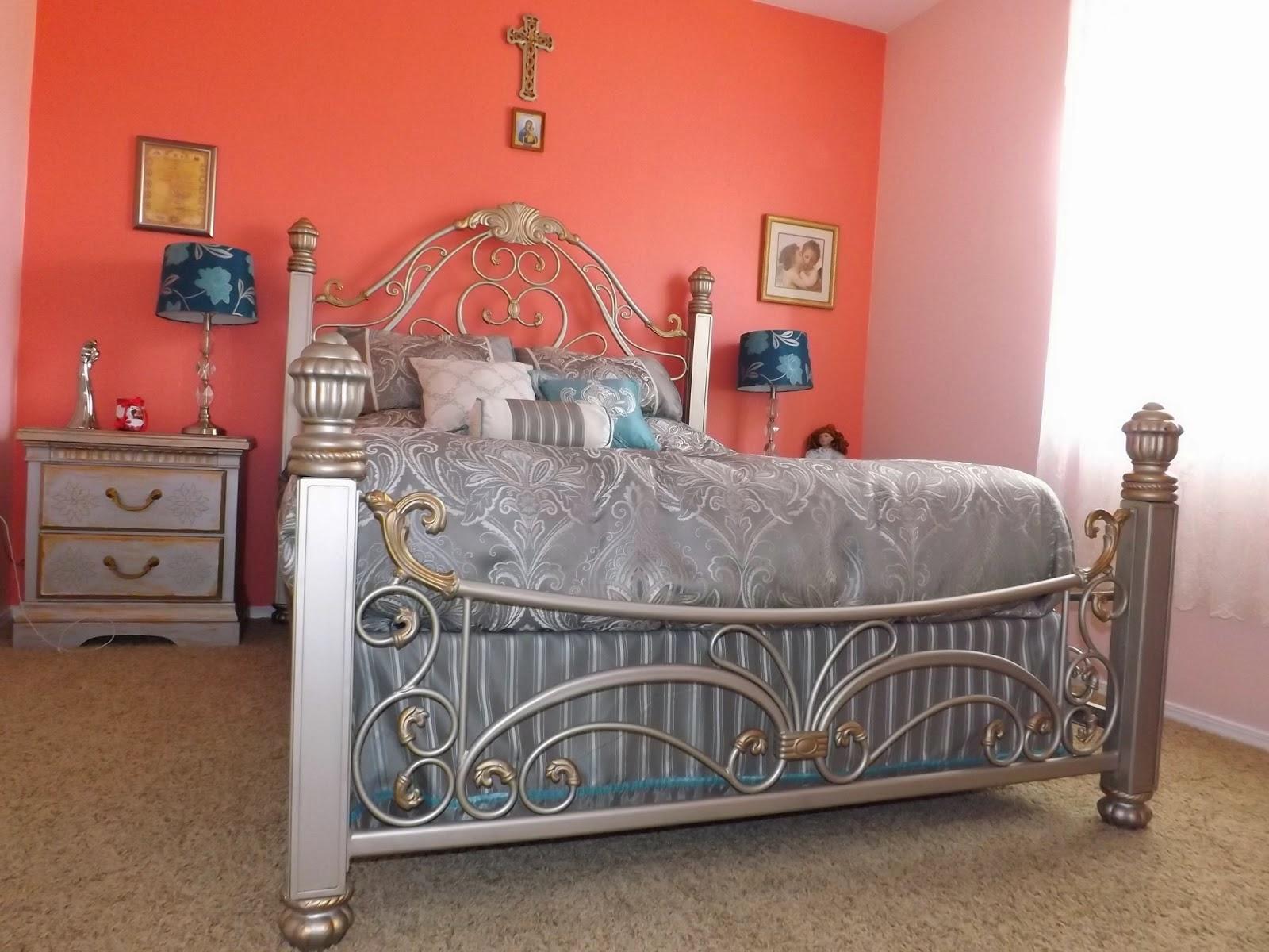 мы полностью реставрировали мебель в спальню и покрасили кровать в одной цветовой гамм