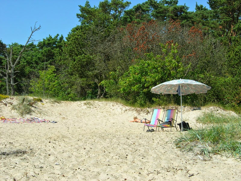 """Ombrellone e sedie sulla spiaggia """"libera"""" fuori Åhus"""
