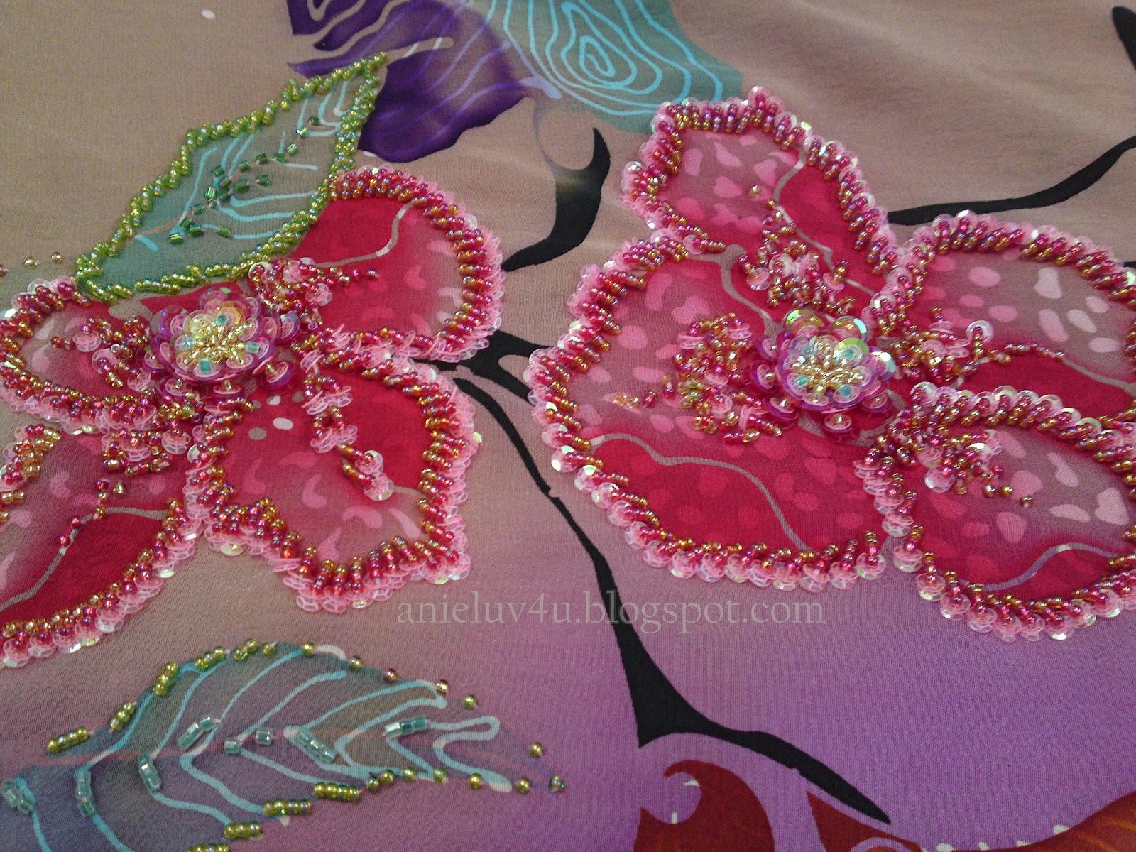 bunga menggunakan manik bulat dan sequin untuk corak di bunga dan daun ...