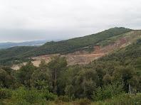 Pedrera de Can Sallent des de la urbanització El Racó