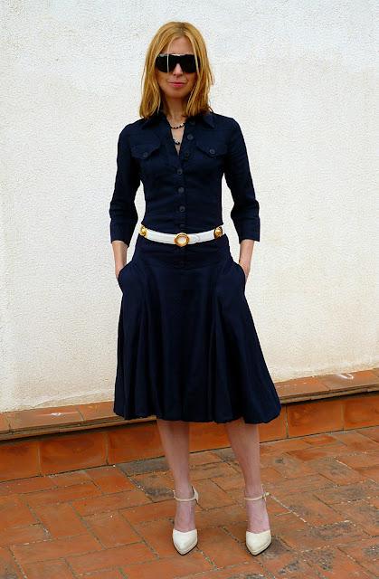foto delante entero vestido Isabel de Pedro con manos en los bolsillos