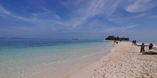 Wisatawan menikmati keindahan alam Pulau Dodola, Morotai, Maluku Utara, Jumat (14/9/2012). Pulau Dodola merupakan salah satu obyek wisata di Morotai yang sedang dikembangkan oleh pemerintah daerah.