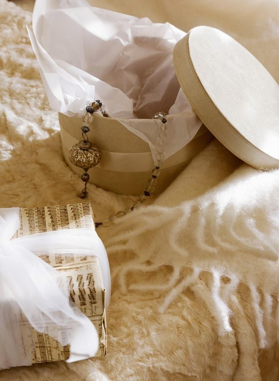 wystrój wnętrz, home decor, wnętrza, urządzanie mieszkania, Boże Narodzenie, Święta, zima, ozdoby świąteczne, styl francuski, białe wnętrza, biel, styl skandynawski, złote akcenty, choinka, sypialnia, styl francuski