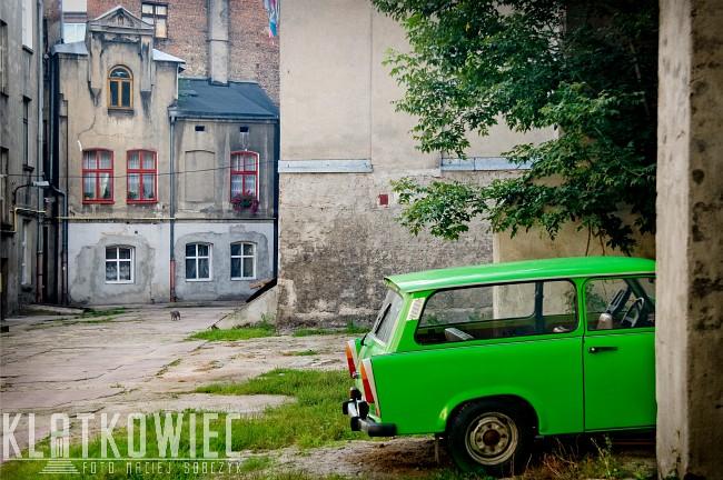 Łódź: podwórko z zielonym trampkiem