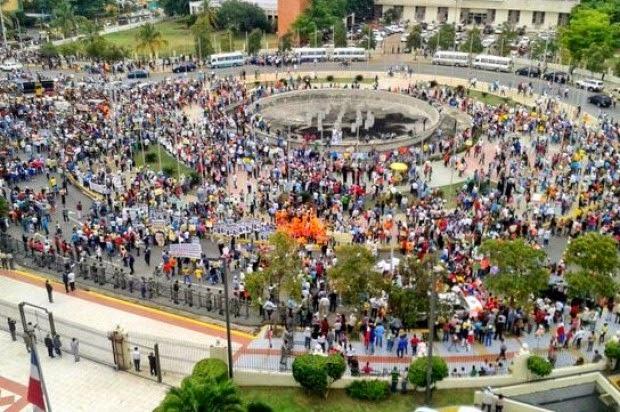 Miles se concentran frente al Congreso y piden 4 años más para Danilo medina