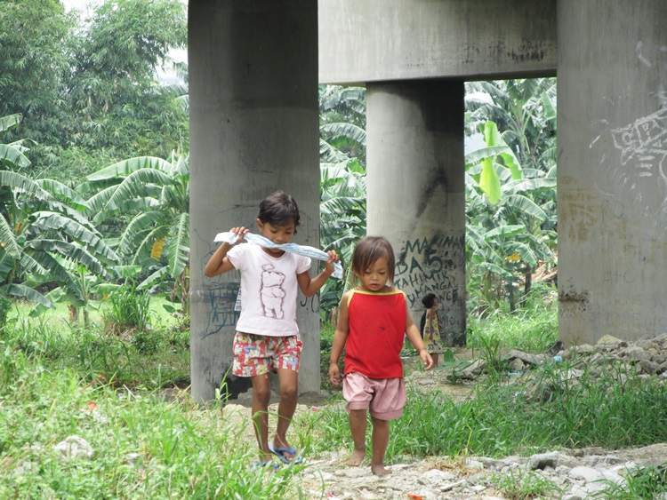 "Children under the Bridge - the motorway overpass is their ""roof"""