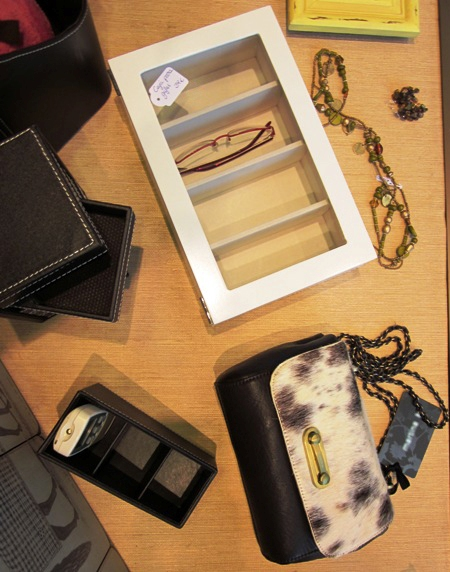 Caja para gafas, de madera blanca, tapa cristal.  Bolsito. Portamandos.