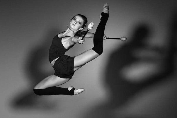 Гимнастка демонстрирует фигуру