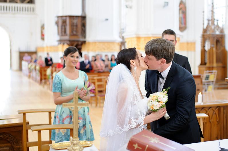 jaunavedžių bučinys bažnyčioje
