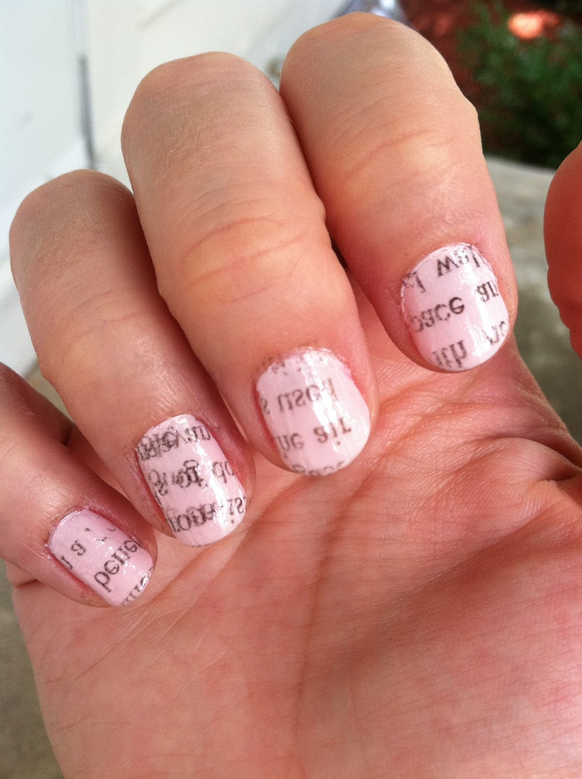 the bee\'s knees: DIY Newspaper Manicure!