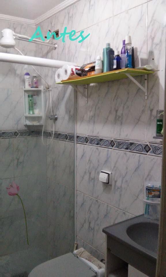 decoracao banheiro velho : decoracao banheiro velho:Aqui eu forrei a prateleira do espelho com adesivo vinílico verde.