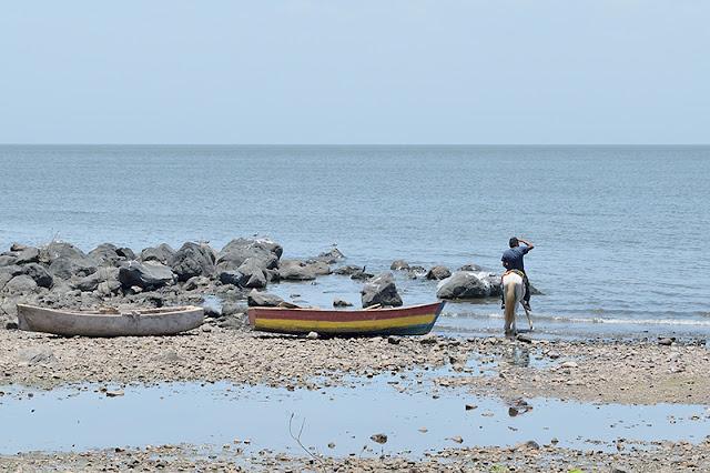 Homme à cheval sur la rive du lac Nicaragua