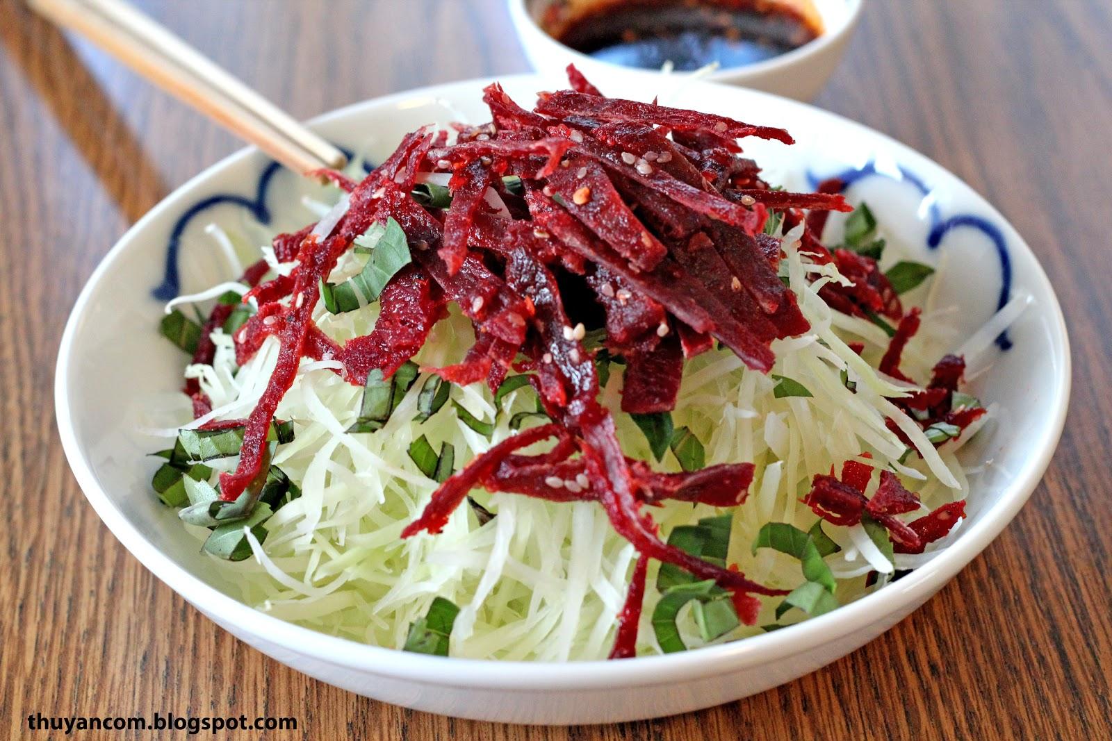 Hanoi street food tour-green Papaya salad