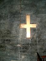 La creu de la façana de ponent vista des de l'interior de la nau
